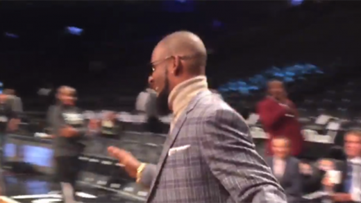 R-Kelly-Was-Draining-Threes-While-Chewing-On-A-Cigar-At-Last-Night's-Nets-Game
